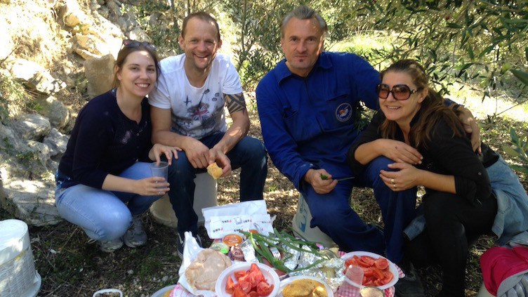 A picnic with our Airbnb hosts who toques olive picking for the day | themetcalfememoir.co.uk